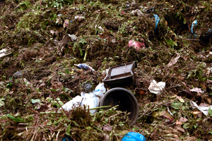 """<div class=""""bildtext_eng"""">Impurities in organic waste e.g., plant trays, flowerpots, plastic bottles, crown corks, shards and rubbish bags</div>"""