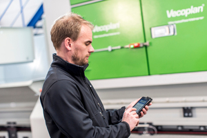 """<div class=""""bildtext_eng"""">With the new app from Vecoplan, the user can contact the service team quickly, easily and directly via his smartphone</div>"""