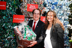 "<div class=""bildtext_eng"">Hans Roth, Chairman of the Supervisory Board at Saubermacher, with Silvia Schweiger-Fuchs, Managing Director at REDWAVE</div>"