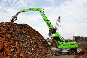 "<div class=""bildtext_eng"">Thanks to the 17 m reach of the new SENNEBOGEN 830 E, the material can be piled up even better in future</div>"