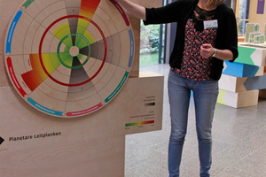 "<div class=""bildtext_en"">Exhibition in the DBU Center for Environmental Communication – Birte Kahmann, DBU Center for Environmental Communication, explains the importance of planetary boundaries</div>"