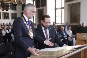 """<div class=""""bildtext_en"""">Wolfgang Giesert and Alexander Bonde with the Golden Book of Osnabrück</div>"""