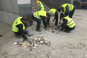 """<div class=""""bildtext_en"""">The national and international sales staff of the STEINERT Waste Division take a closer look at waste during their practical workshops</div>"""