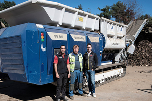 "<div class=""bildtext_en"">F.l.t.r.: Operations Manager Florian Kordesch, Machine Operator Stefan Pinter und Managing Director Oskar Preinig of Gojer, Kärntner Entsorgungsdienst GmbH in front of the mobile shredder Urraco 95 DK of Lindner</div>"