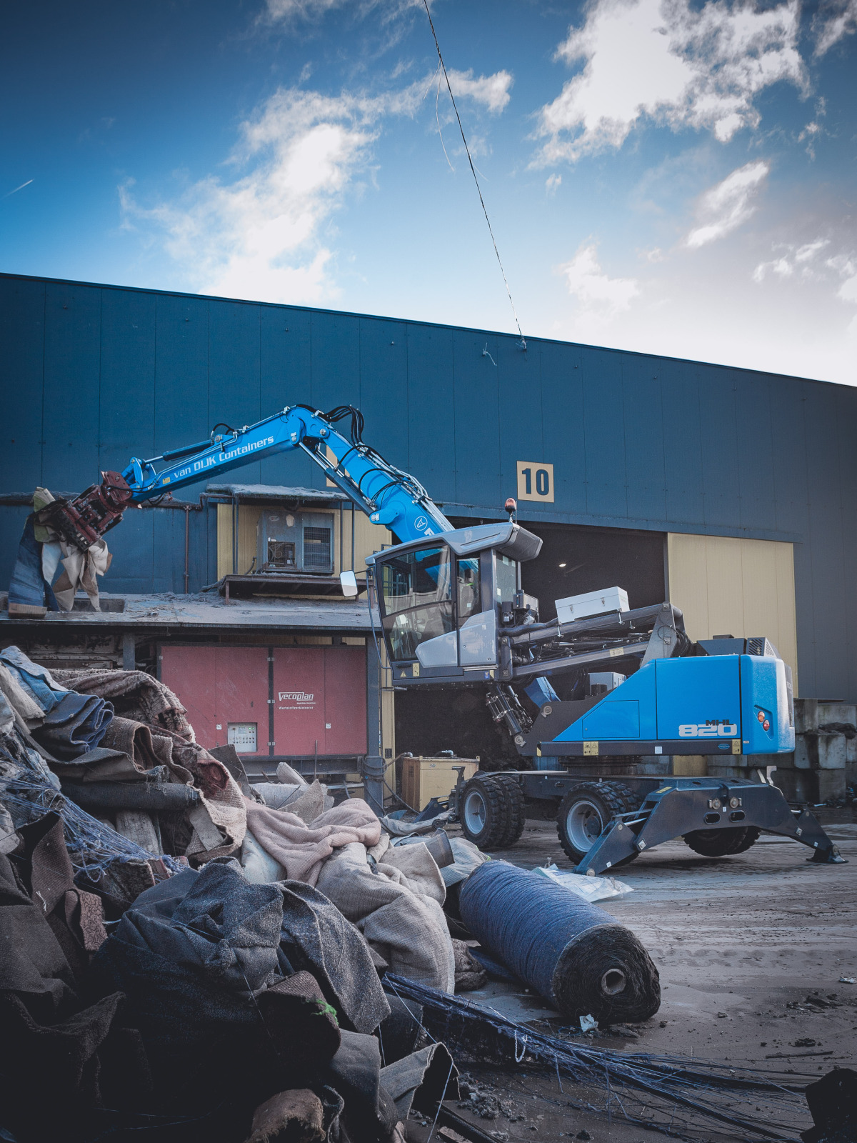 Mhl820 From Fuchs In Use At Recycler Van Dijk Containers