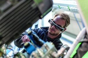 """<div class=""""bildtext_en""""><irspacing style=""""letter-spacing: -0.01em;"""">When an employee wears a virtual reality headset, a service engineer </irspacing>can display all the relevant information in the visual field</div>"""