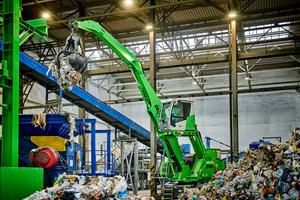 "<div class=""bildtext_en"">The mobile 818 electric excavator feeding the RDF plant</div>"