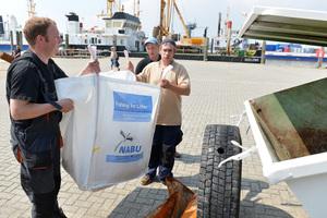 """<div class=""""bildtext"""">Fischer aus Norddeich in Niedersachsen entleeren<br />die gefischten Abfälle im Projekt-Container</div>"""