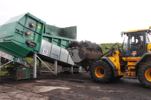 "<div class=""bildtext_en"">A wheel loader is ­filling the feeding unit</div>"
