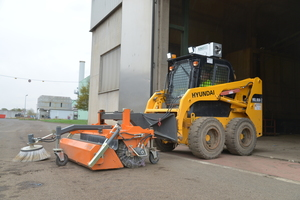 "<div class=""bildtext_en"">Hyundai Skidsteer loader HSL-650-7 with hydraulic sweeping brush and protective ventilation system. The advantage of the machine is the lockable front door for perfect cabin ventilation</div>"