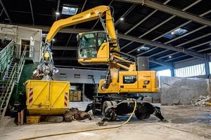 """<div class=""""bildtext"""">Der kabelelektrisch betriebene Umschlagbagger MH22 bietet ideale Voraussetzungen für den Halleneinsatz in der Recyclingindustrie</div>"""