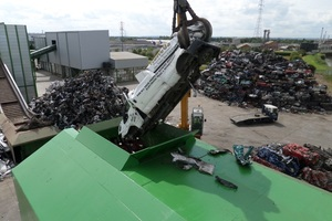 """<div class=""""bildtext_en"""">Metal recycling """"on site"""": The preliminary shredder shreds large, compact parts, such as car bodies, to turn them into uniform """"scrap bits"""" (preliminary stage of the actual shredding process)</div>"""