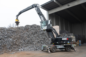 """<div class=""""bildtext_en"""">Efficient and flexible: the SENNEBOGEN 825 E working in Nuremberg with an orange peel grab and a scrap magnet</div>"""