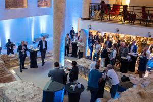 "<div class=""bildtext"">Tom Eng begrüßt die Teilnehmer der TOMRA Leads Global Conference 2019 in römischen Ruinen</div>"