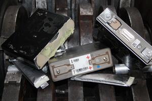"<div class=""bildtext_en"">Used lithium ion batteries </div>"