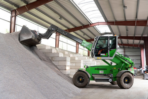 """<div class=""""bildtext_en"""">Thanks to the telescopic boom, bulk goods can be piled up particularly high</div>"""