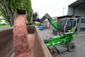 """<div class=""""bildtext_en"""">The elevating cab provides the perfect view for loading copper granulate</div>"""