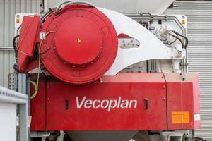 "<div class=""bildtext_en"">The heart of the system is a VNZ 2500 XL-T double-shaft re-shredder from Vecoplan</div>"