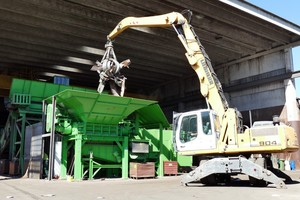 "<div class=""bildtext_en"">The material is fed into the feed hopper of the shredder by means of an excavator with a polygrab – the RM1350/2-2000 itself is conveniently controlled by means of a remote control from the excavator cab</div>"