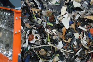 """<div class=""""bildtext_en"""">5 Shredder with 30 mm screen liner (left) and shredded WEEE (right)</div>"""