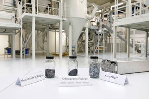 """<div class=""""bildtext"""">Volkswagen Recyclinganlage mit Mustern der separierten Batteriebestandteile</div>"""