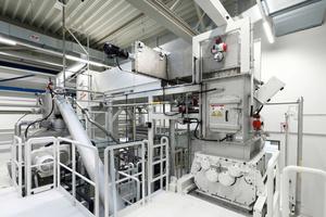 """<div class=""""bildtext"""">Anlagenbereich mit Zerkleinerungsmaschine, Schleusentechnik und Modulzuführung</div>"""
