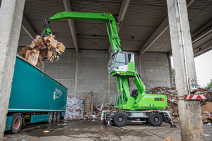 """<div class=""""bildtext_en"""">The fuel-saving and low-emission diesel models of the SENNEBOGEN 825 E series are always stable thanks to the outriggers, whether used for scrap sorting or loading cardboard boxes with a </div><div class=""""bildtext_en"""">13-m boom</div>"""