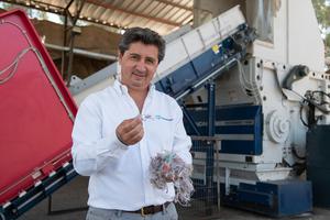 """<div class=""""bildtext"""">Julio JR Compagnon freut sich über das optimale Output des Lindner Micromat 1500 für den weiteren Recyclingprozess</div>"""