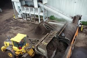 "<div class=""bildtext_en"">Feeding of biowaste by wheel loader, cleaning via screening drum, forwarding of contaminated biowaste towards AirLift</div>"