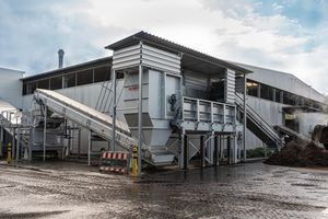 """<div class=""""bildtext_en"""">AirLift air separator with intake hopper (centre) and DiscSpreader (left) for flat application on conveyor belt in the direction of the AirLift in the </div><div class=""""bildtext_en"""">processing hall</div>"""