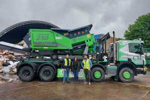 """<div class=""""bildtext_en"""">Myles and Aimee Tichband with Patrick King (right) from Doyle Machinery in front of the ARJES IMPAKTOR 250 evo </div>"""