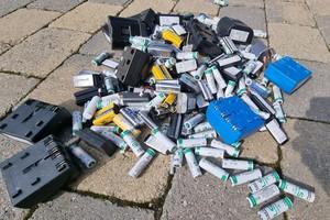 """<div class=""""bildtext"""">2 Bei der Lagerung von leeren Batterien und Akkus ist Vorsicht geboten</div>"""