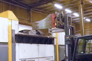 """<div class=""""bildtext_en"""">The material is delivered in foil bundles and loaded into the shredder with the help of a low-loader </div>"""