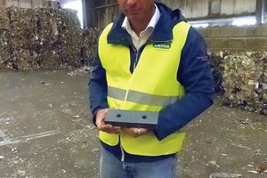 "<div class=""bildtext_en"">Daniel Wresnik, Sales of UNTHA shredding technology GmbH, explains the new XC-cutting </div><div class=""bildtext_en"">system</div>"