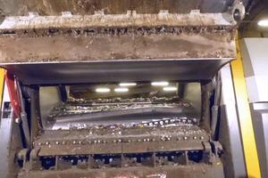 """<div class=""""bildtext_en"""">View inside the shredder - the effective cutting-system</div>"""