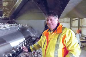 "<div class=""bildtext_en"">Plant manager Stefan Groß proudly explains how the new shredder works</div>"