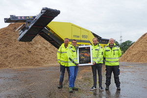 """<div class=""""bildtext_en"""">Handover of the 200<sup>th</sup> machine of the type TITAN 950 (from left to right Lutz Kastler, Andreas Zeller, Chris Erbe, Andreas Gruber)</div>"""