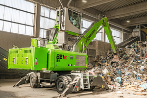 """<div class=""""bildtext_en"""">Material handler SENNEBOGEN 821 E in the electric version: overhead power supply and short-distance mobility thanks to 19kW diesel Powerpack substituting the rear ballast </div>"""